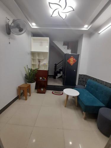 Phòng khách Nhà phố hướng Đông Nam, hẻm khu dân cư an ninh yên tĩnh.