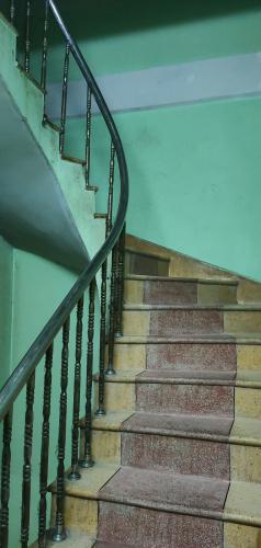 Cầu thang nhà phố Nhà phố Quận 6 diện tích đất 86m2, ngay khu ẩm thực đông đúc.