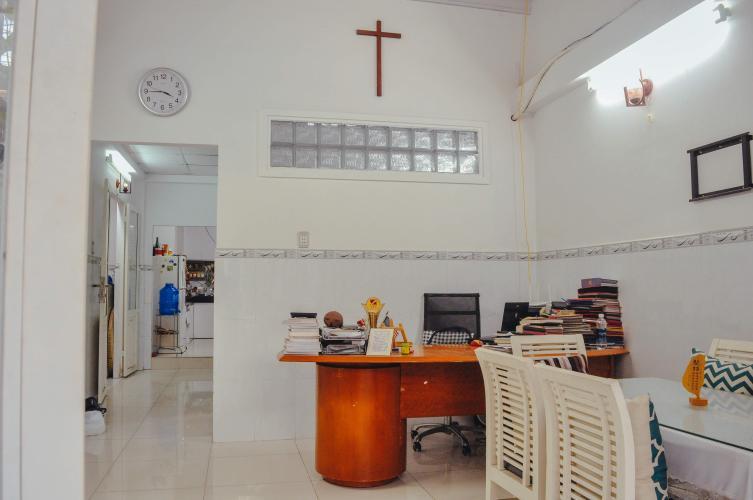Phòng khách Nhà phố hướng Bắc, hẻm bê tông sạch sẽ rộng rãi.