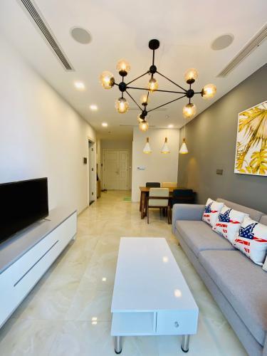Phòng khách căn hộ Vinhomes Golden River  Bán căn hộ Vinhomes Golden River 1 phòng ngủ, tầng cao, đầy đủ nội thất, ban công hướng Đông.