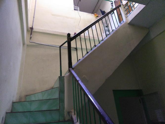 cầu thang lên phòng ngủ  Nhà phố hướng Đông Bắc, hẻm xe hơi quay đầu rộng rãi.