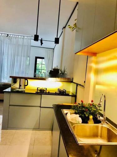 Phòng bếp căn hộ 57 Phạm Ngọc Thạch, Quận 3 Căn hộ 57 Phạm Ngọc Thạch cửa hướng Đông Nam, đầy đủ nội thất.