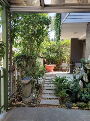 Biệt thự Phước Long B, Quận 9 Biệt thự với sân vườn đẹp, diện tích 169m2, đầy đủ tiện nghi.