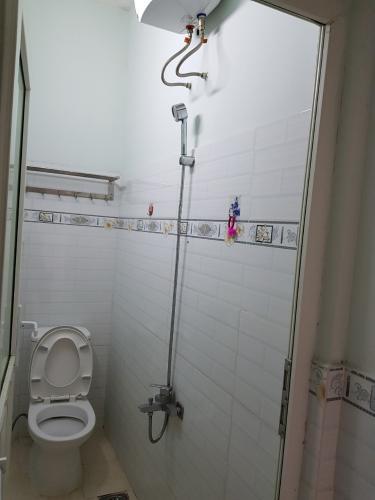 Phòng tắm nhà phố Quận 5 Nhà phố Quận 5 diện tích sử dụng 132m2, đầy đủ nội thất.