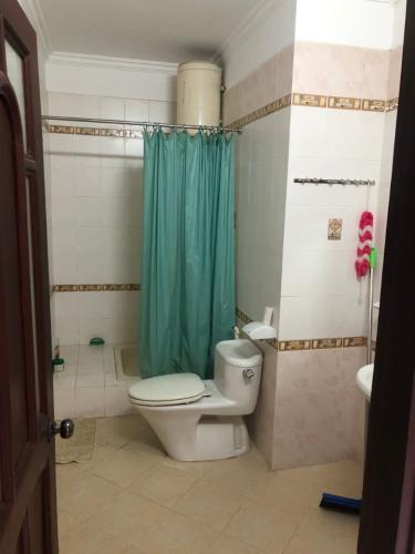 Phòng tắm biệt thự Biệt thự Thảo Điền Quận 2 trang bị đầy đủ nội thất, khu vực an ninh.