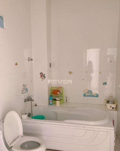 Phòng tắm nhà phố Quận Bình Tân Nhà phố mặt tiền đường 30 hướng Đông có sân thượng, đầy đủ nội thất.