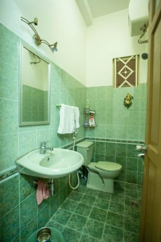 Phòng tắm nhà Hoàng Hoa Thám, Bình Thạnh Nhà phố Hoàng Hoa Thám 80.5m2, sân thượng thoáng mát.