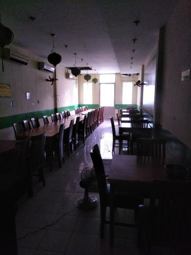 phòng bếp và phòng ăn  Nhà phố hướng Đông Bắc, hẻm xe hơi quay đầu rộng rãi.