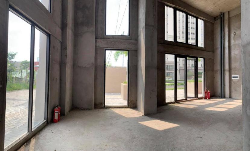 Shop-house Imperial Place bàn giao thô, diện tích 60m2.