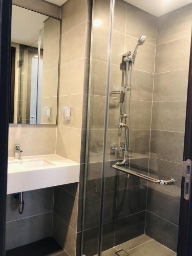 Phòng tắm One Verandah Quận 2 Căn hộ One Verandah tầng trung, ban công hướng Đông Nam.