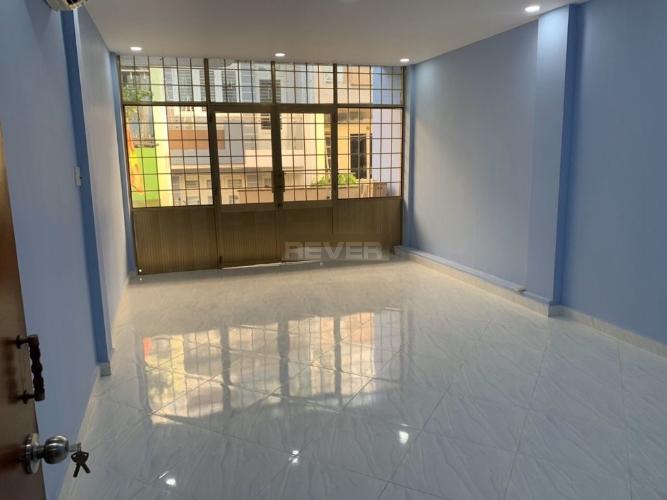 Phòng khách nhà phố Bình Thạnh Nhà phố Bình Thạnh hẻm 7m hướng Tây Bắc, diện tích sử dụng 175m2.