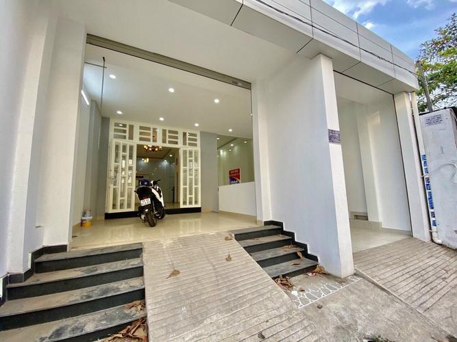 Mặt tiền nhà phố Quận Thủ Đức Nhà phố có 1 trệt, 2 lầu đúc chắc chắn, cách chợ Hiệp Bình Phước 500m.