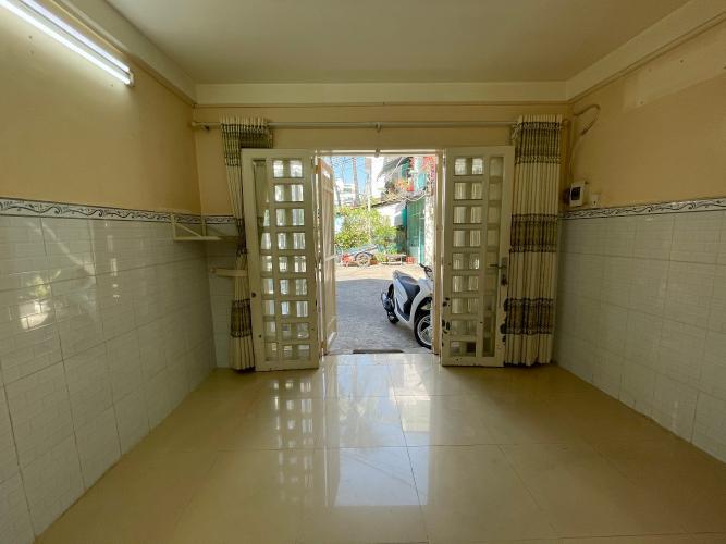 Phòng khách nhà phố Quận 4 Nhà phố Quận 4, diện tích đất 32m2, sổ hồng pháp lý đầy đủ.