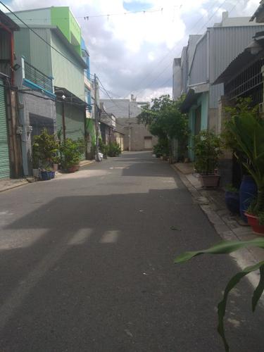 Đường trước nhà phố Quận Bình Tân Nhà phố kết cấu 1 trệt, 2 lầu có điện 3 pha, khu vực dân cư đông đúc.