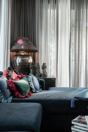 Phòng ngủ căn hộ Gateway Thảo Điền, Quận 2 Căn hộ Gateway Thảo Điền nội thất nhập khẩu, được đăng trên tạp chí Elle Decoration 2019