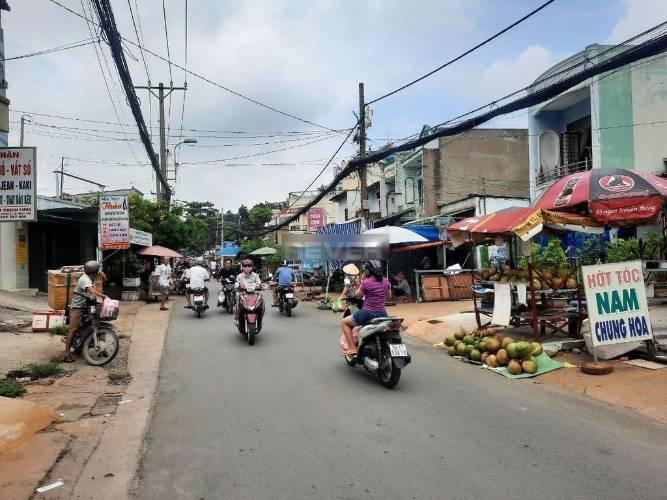 Đường trước nhà phố Quận Bình Tân Nhà phố mặt tiền đường Chiến Lược, diện tích 80m2 không có nội thất.