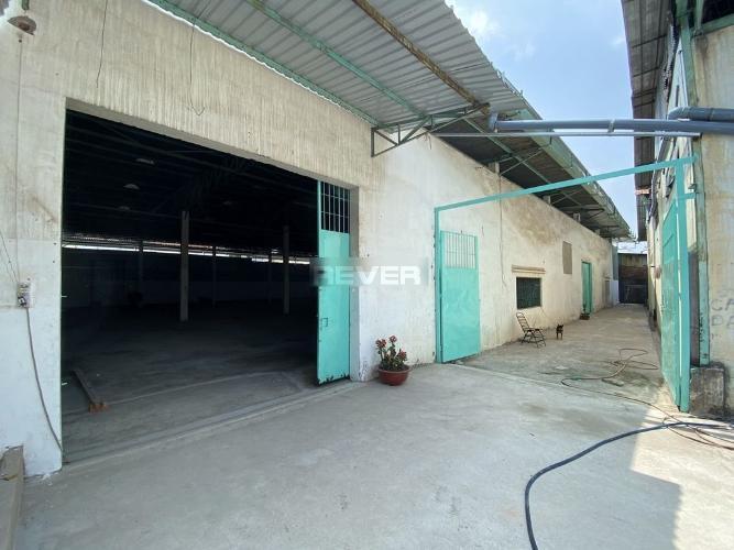 Nhà xưởng kho bãi diện tích 1150m2, đường xe hơi ra vào thoải mái.