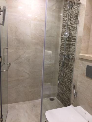 Phòng tắm Bán căn hộ 1 phòng ngủ Vinhomes Golden River, diện tích 45m2, thiết kế hiện đại, nội thất cơ bản.