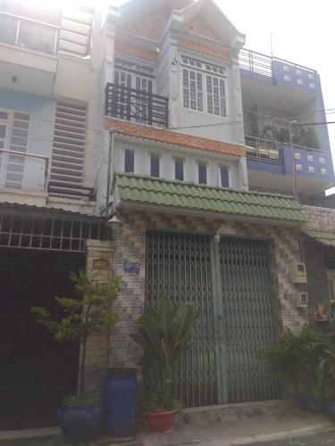 Nhà phố kết cấu 1 trệt, 2 lầu có điện 3 pha, khu vực dân cư đông đúc.