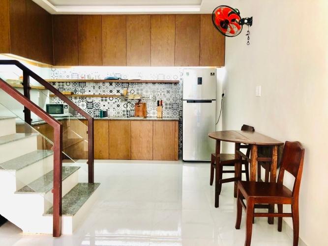Nhà phố thiết kế 1 trệt, 2 lầu đúc chắc chắn, bàn giao nội thất cơ bản.