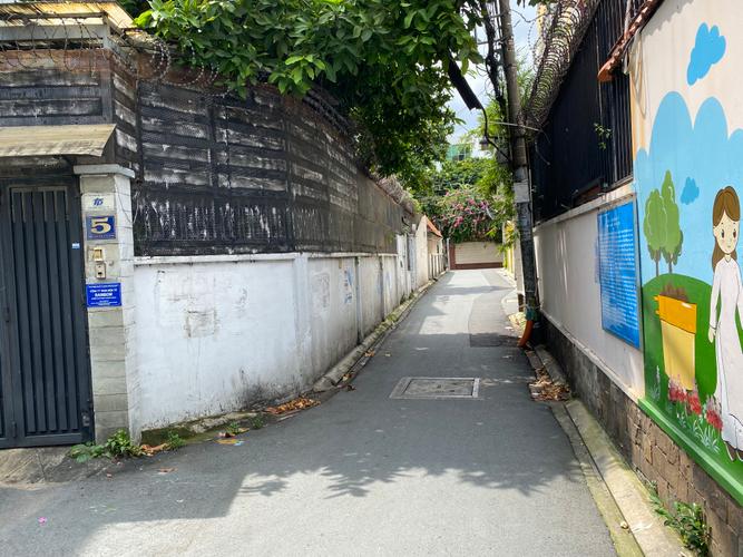 Đường trước mặt bằng kinh doanh Quận Phú Nhuận Mặt bằng kinh doanh có 2 mặt tiền đường, diện tích 70m2 vuông vắn.