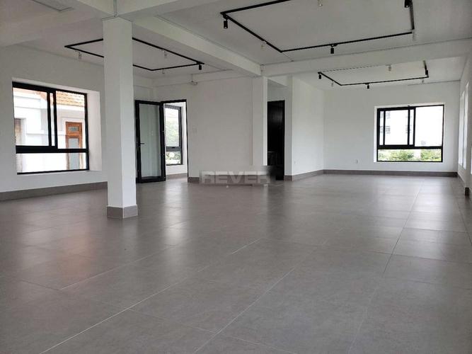 Biệt thự căn góc có 4 tầng diện tích 300m2, khu vực dân cư hiện hữu.
