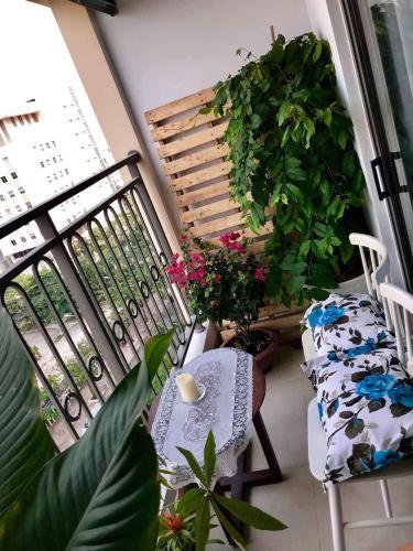 Ban công căn hộ Saigon Royal Office-tel tầng trung Saigon Royal view thành phố thoáng mát, cực đẹp.