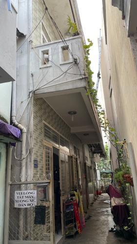 Nhà phố diện tích 102.4m2, bàn giao sổ hồng kèm nội thất cơ bản.
