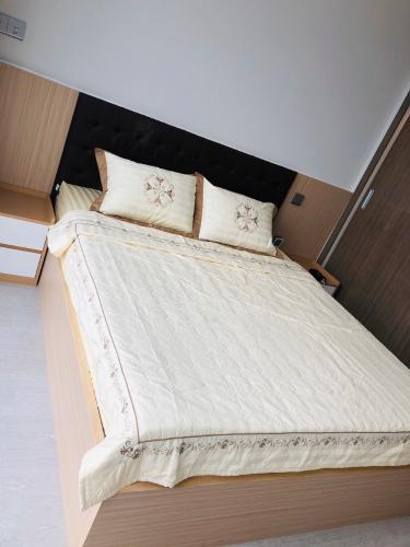 phòng ngủ Căn hộ tầng cao Vinhomes Golden River hướng Đông Bắc.