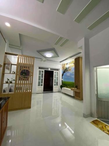 Nhà phố thiết kế 1 trệt, 1 lầu có 2 mặt tiền thoáng mát, nội thất cơ bản.