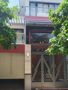 Nhà phố cửa hướng Tây thoáng mát, diện tích 100m2 có sổ hồng riêng.
