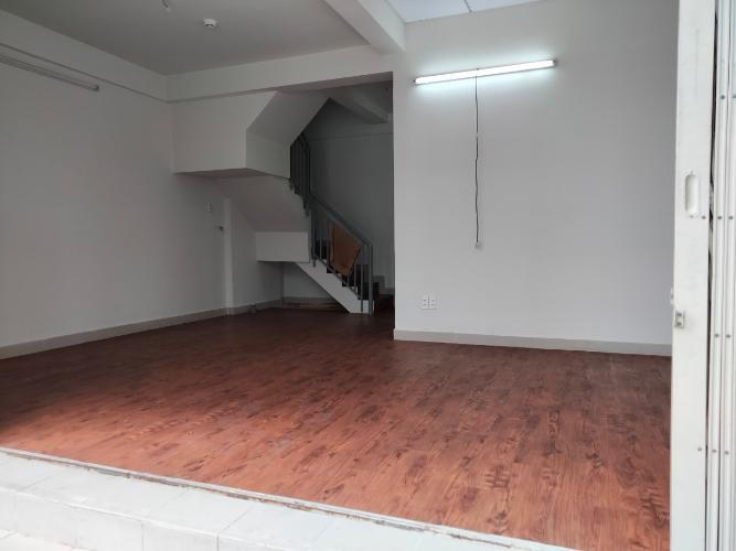 Shophouse Ehomes S diện tích 54.4m2 được sàn giả gỗ toàn bộ nhà.