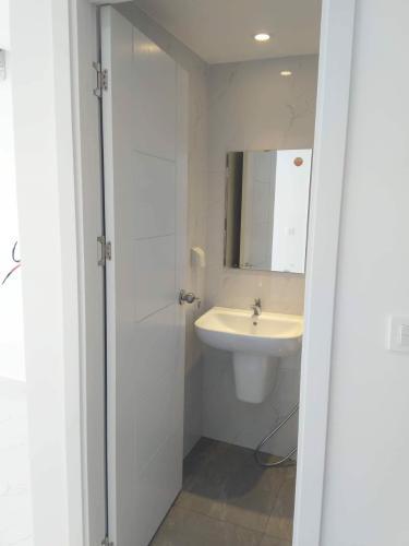 Phòng tắm Masteri Millennium Quận 4 Officetel Masteri Millennium cửa hướng Đông, bàn giao không có nội thất.