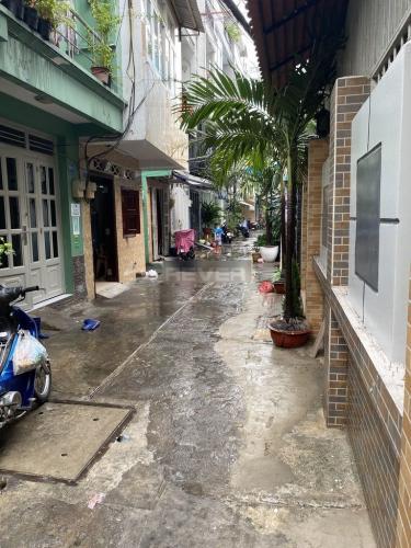 Hẻm nhà phố Cách Mạng Tháng 8, Quận 3 Nhà phố hướng Tây, hẻm xi măng trước nhà khu dân cư yên tĩnh.