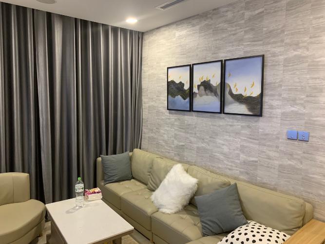 phòng khách Căn hộ tầng trung Vinhomes Golden River hướng Đông Bắc.