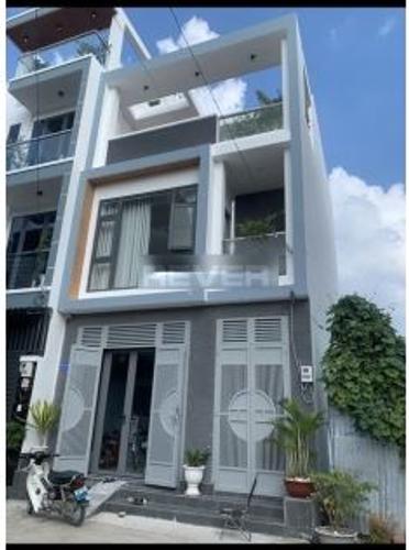 Nhà phố thiết kế 1 trệt, 2 lầu đúc có giếng trời thoáng mát, nội thất cơ bản.