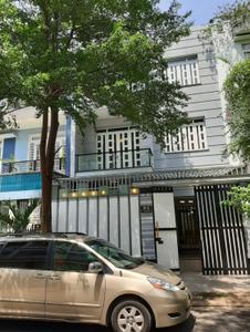 Biệt thự KDC Hai Thành kết cấu 1 trệt, 2 lầu và sân thượng, có sổ hồng riêng.
