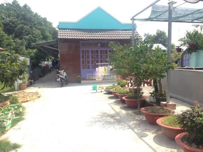 Nhà diện tích 95m2 có sân vườn rộng rãi thoáng đãng, khu dân cư hiện hữu.