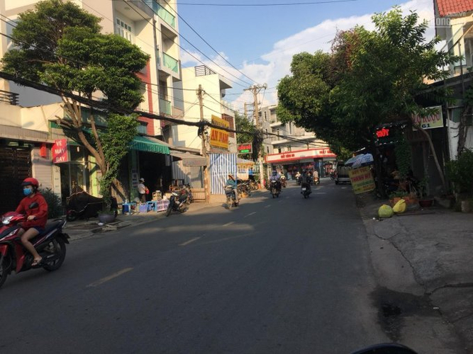 Đường trước nhà phố Quận Tân Phú Nhà phố thiết kế 1 trệt, 1 lửng có giếng trời thoáng mát, khu dân cư hiện hữu.