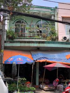 Nhà phố kết cấu 1 trệt 1 lầu, ngay mặt tiền đường lớn gần CV Làng Hoa.
