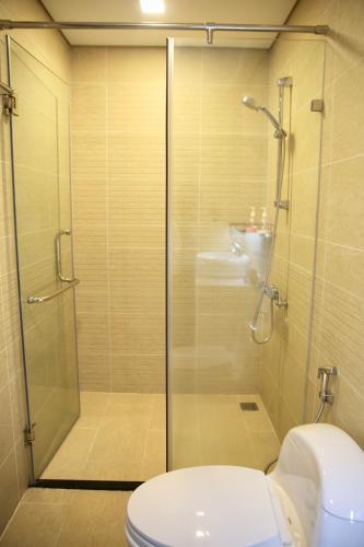 Phòng tắm Căn hộ Vinhomes Central Park Căn hộ Vinhomes Central Park tầng 10 nội thất đầy đủ, sàn lót gỗ