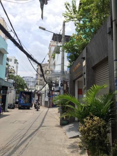 Đường trước văn phòng Quận Phú Nhuận Văn phòng diện tích 60m2 cửa hướng Đông thoáng mát, nội thất cơ bản.