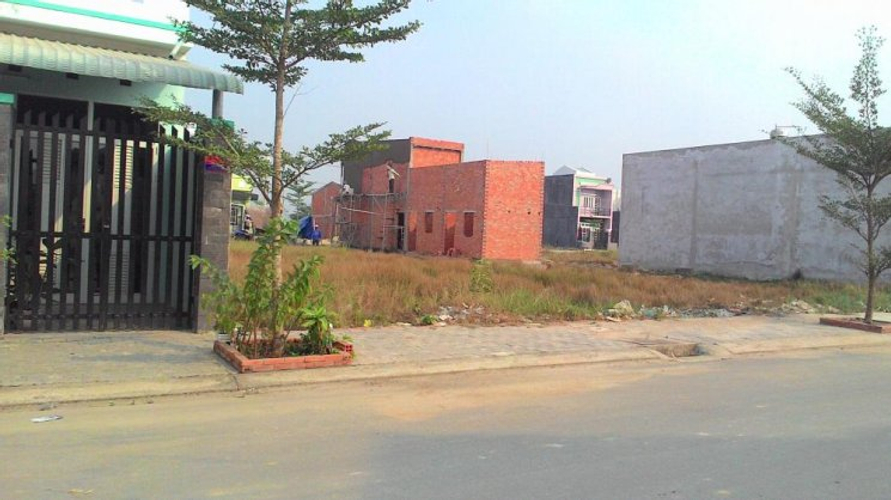 Đường trước nhà phố Huyện Bình Chánh Nhà phố cửa hướng Đông Nam diện tích 120m2, bàn giao đầy đủ nội thất.
