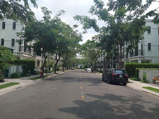 Đường trước biệt thự Huyện Nhà Bè Biệt thự KDC Nine South Estates kết cấu 1 trệt 2 lầu có tầng áp mái, đầy đủ nội thất.