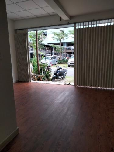Không gian căn Shop-house Ehomes S, Quận 9 Shophouse Ehomes S diện tích 54.4m2 được sàn giả gỗ toàn bộ nhà.