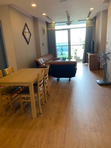 Phòng khách Căn hộ Vinhomes Central Park Căn hộ Vinhomes Central Park tầng 10 nội thất đầy đủ, sàn lót gỗ