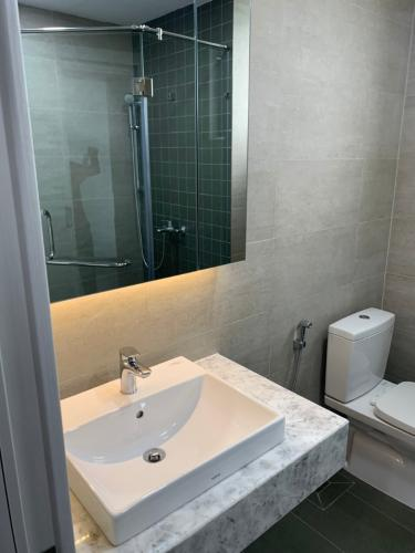 Toilet căn hộ Saigon South Residence  Căn hộ Saigon South Residence tầng cao, đầy đủ nội thất