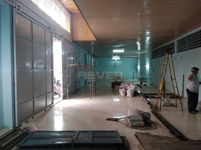 Nhà xưởng kho bãi diện tích 200m2, gần vòng xoay Phú Lâm tiện di chuyển.