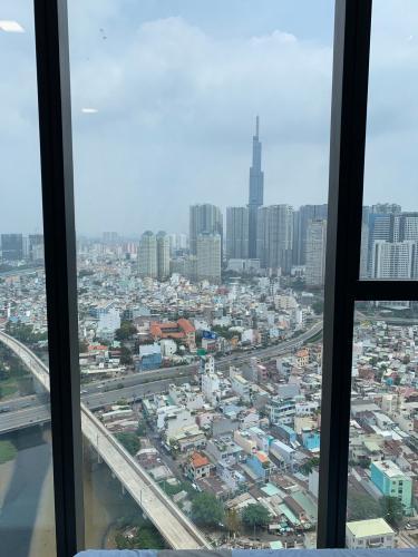 view cửa sổ Căn hộ tầng cao Vinhomes Golden River hướng Đông Bắc.