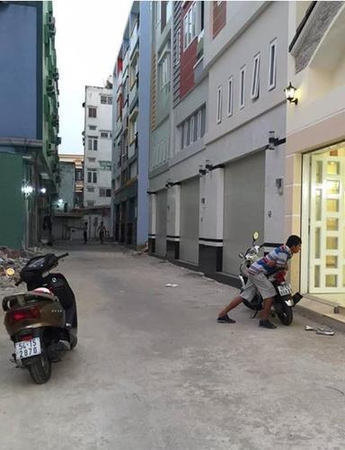 Đường trước nhà phố Quận Bình Thạnh Nhà phố mặt tiền đường nhựa rộng 5m, diện tích 72m2 không nội thất.